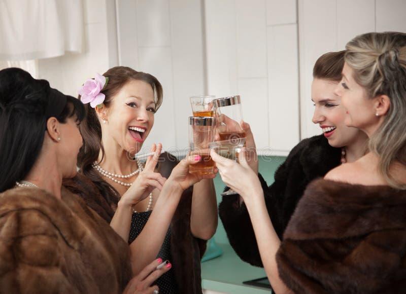 Mulheres que levantam um brinde fotos de stock royalty free