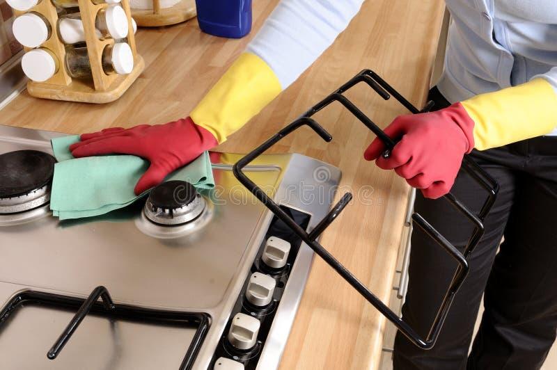 Mulheres que limpam a casa foto de stock
