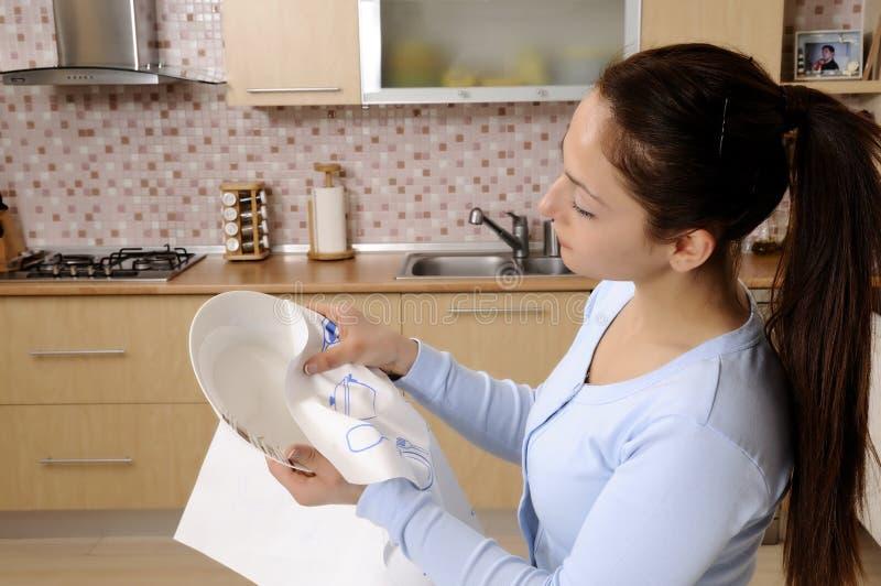 Mulheres que limpam a casa imagem de stock royalty free