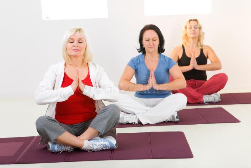 Mulheres que meditating imagens de stock