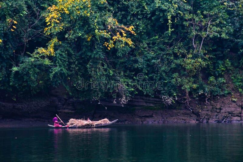 Mulheres que montam um barco foto de stock