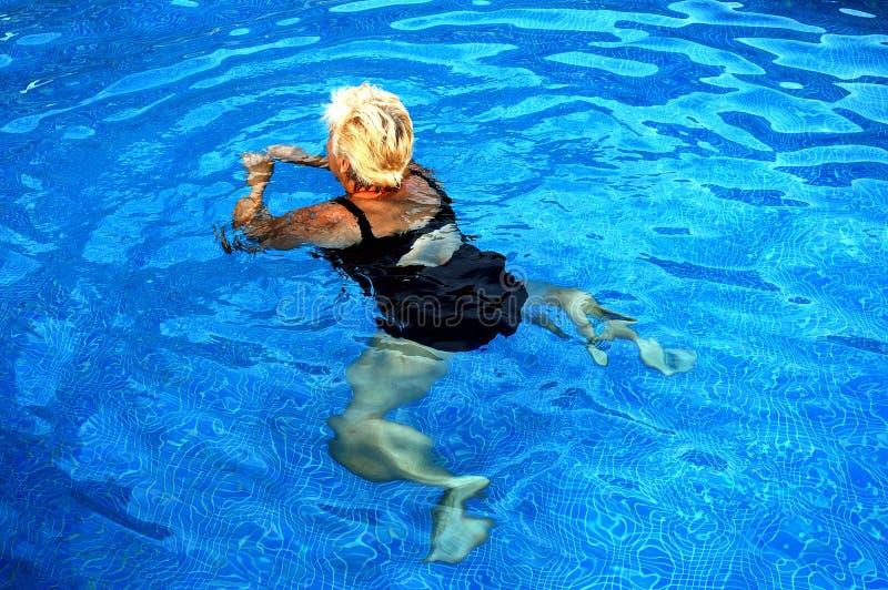Mulheres que nadam fotos de stock royalty free