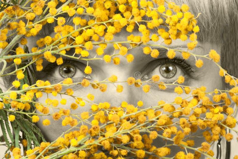 Mulheres que olham através das flores fotografia de stock royalty free