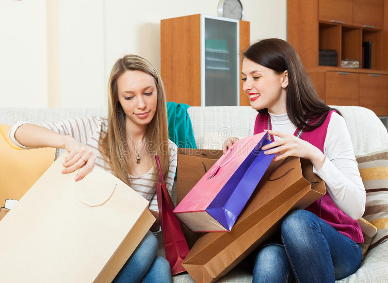 Mulheres que olham sacos de compras foto de stock royalty free
