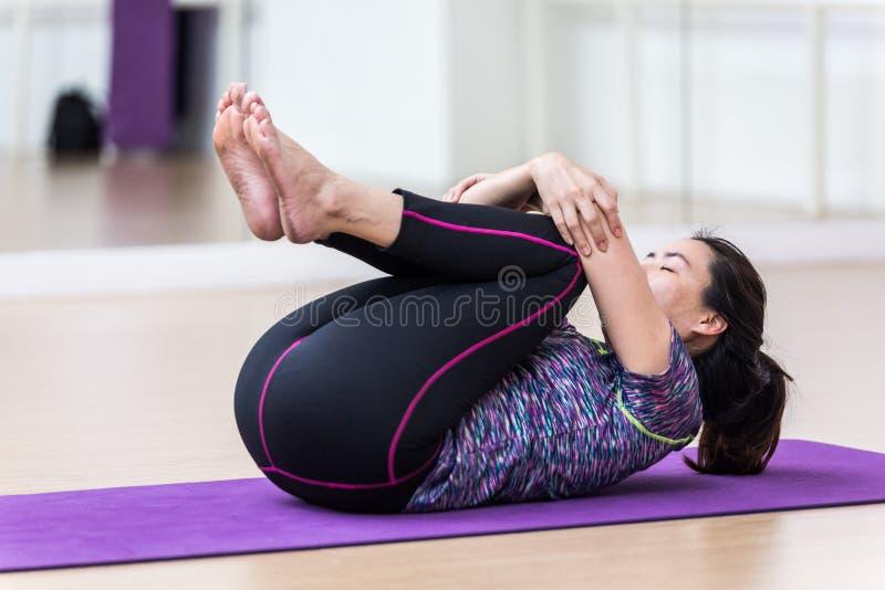 Mulheres que praticam pilates na esteira da ioga no estúdio da ioga em Banguecoque, Tailândia foto de stock royalty free