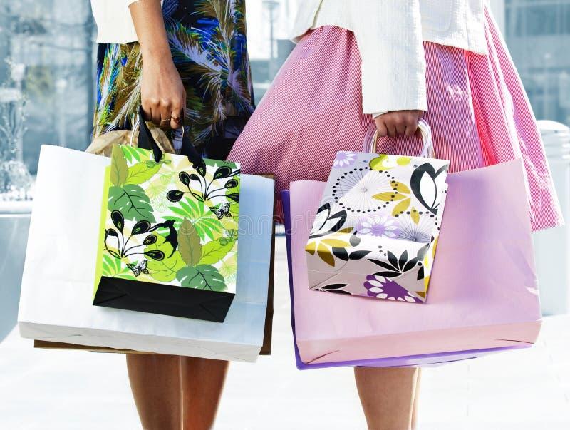 Mulheres que prendem sacos de compra imagem de stock royalty free
