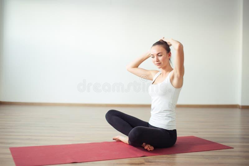 Mulheres que preparam-se para fazer a ioga faça o penteado fotos de stock royalty free