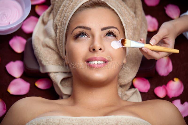 Mulheres que recebem o tratamento da cara imagem de stock
