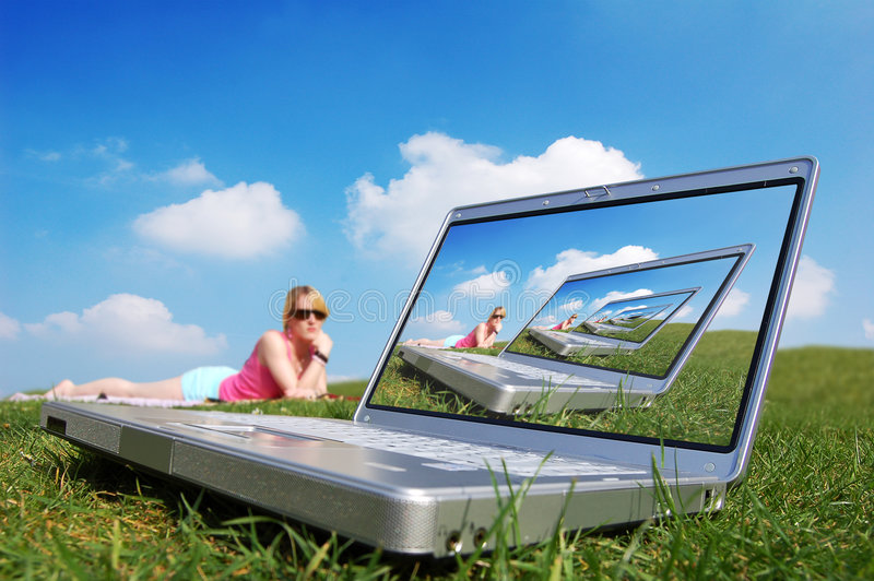 Mulheres que relaxam com caderno fotos de stock royalty free