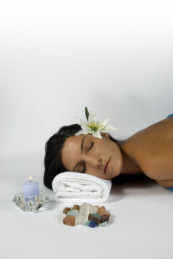 Mulheres que relaxam na massagem dos termas fotos de stock