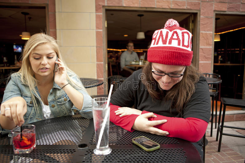 Mulheres que têm bebidas, Calgary fotos de stock royalty free