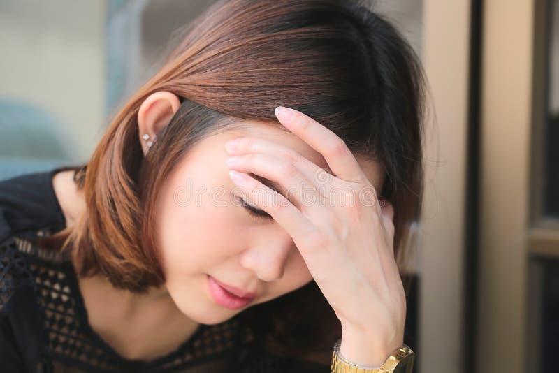 Mulheres que têm a dor de cabeça, enxaqueca, manutenção, insônia foto de stock royalty free