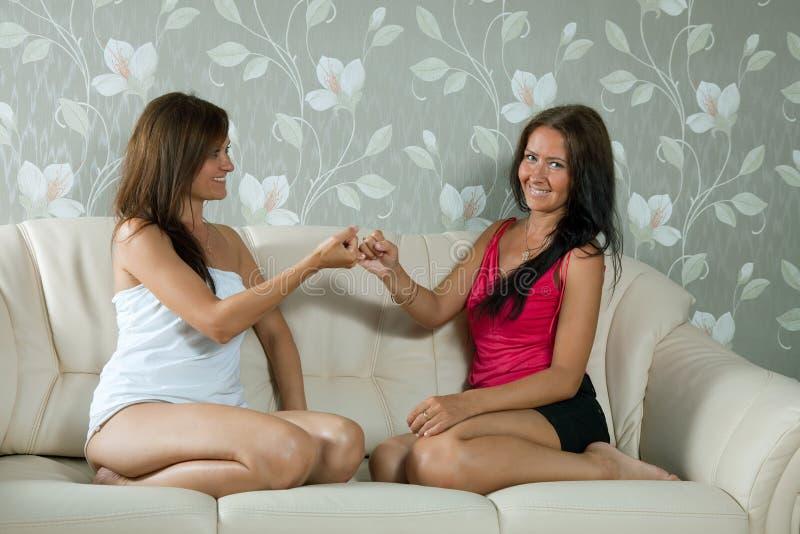 Mulheres que têm a reconciliação na HOME foto de stock