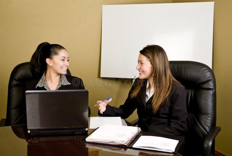 Mulheres que têm uma conferência imagem de stock