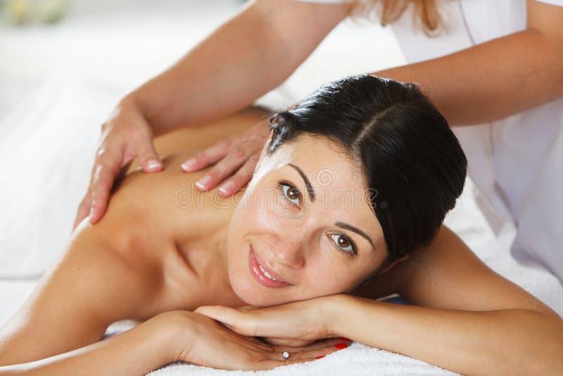 Mulheres que têm uma massagem traseira imagem de stock