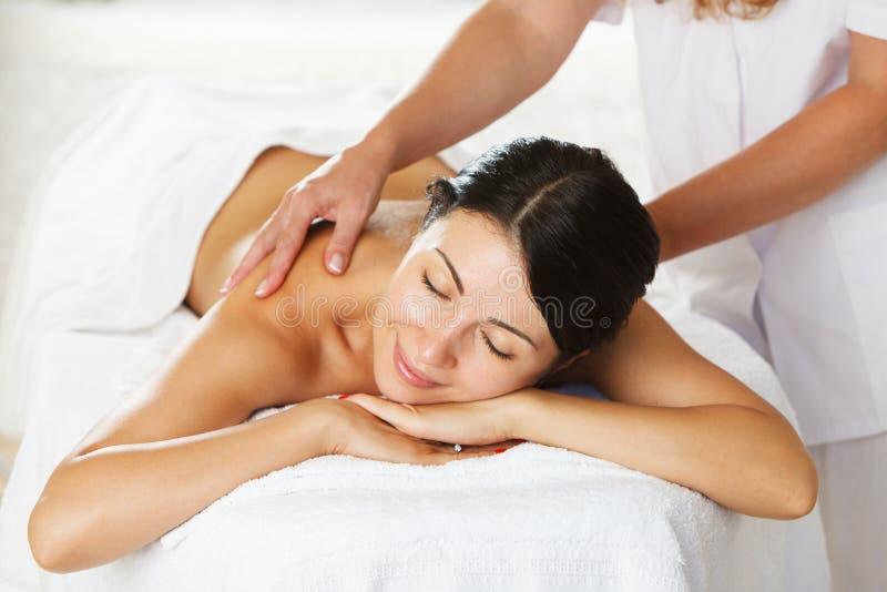Mulheres que têm uma massagem traseira imagens de stock royalty free