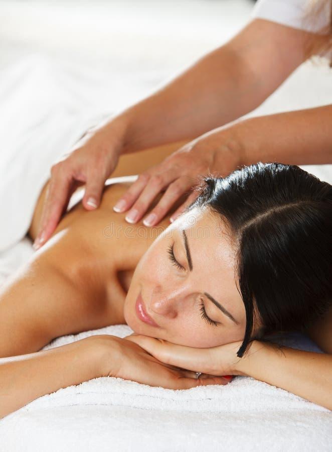 Mulheres que têm uma massagem traseira foto de stock royalty free