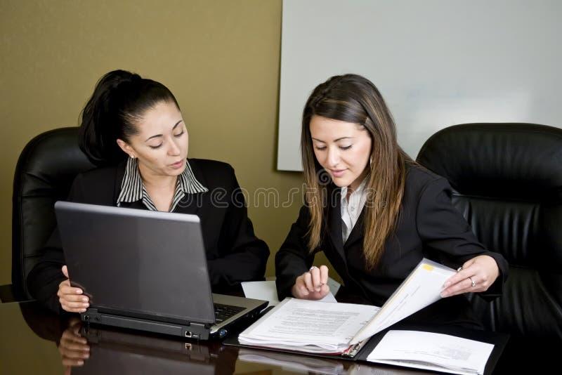 Mulheres que têm uma reunião imagens de stock