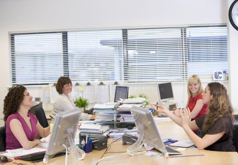 Mulheres que trabalham em um escritório imagem de stock royalty free