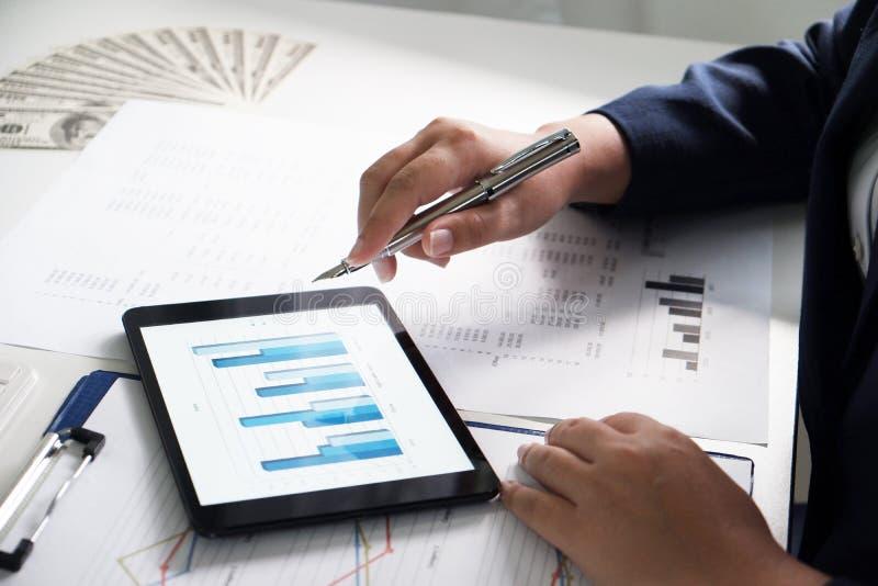 Mulheres que trabalham no escritório análise financeira com cartas na almofada para o negócio, a contabilidade, o seguro ou o con imagens de stock