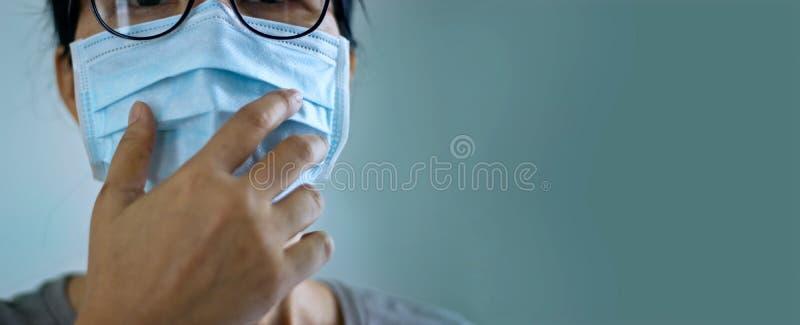 Mulheres que usam máscara de vírus protegem a infecção e espalham Coronavírus ou Covid- 19 em fundo verde fotografia de stock