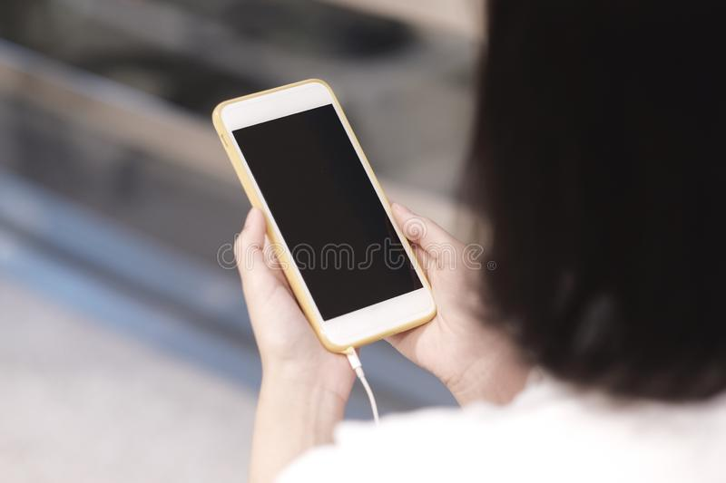 Mulheres que usam o smartphone, espaço da cópia no smartphone fotos de stock royalty free