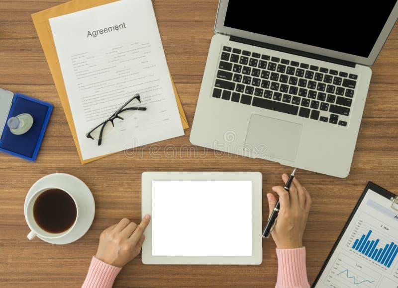 Mulheres que usam o tablet pc imagens de stock royalty free