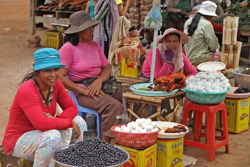 Mulheres que vendem o alimento em Skun foto de stock royalty free