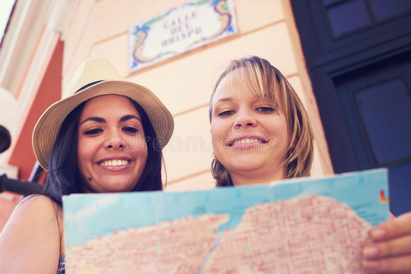 Mulheres que viajam em Havana Cuba Reading Map In Calle Obispo fotografia de stock royalty free