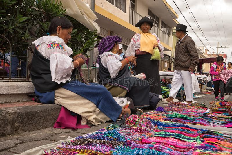 Mulheres Quechua que vendem ofícios do artesão no lado da estrada em Otavalo Equador fotografia de stock