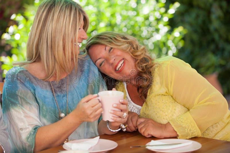 Mulheres, riso dos melhores amigos fotografia de stock royalty free