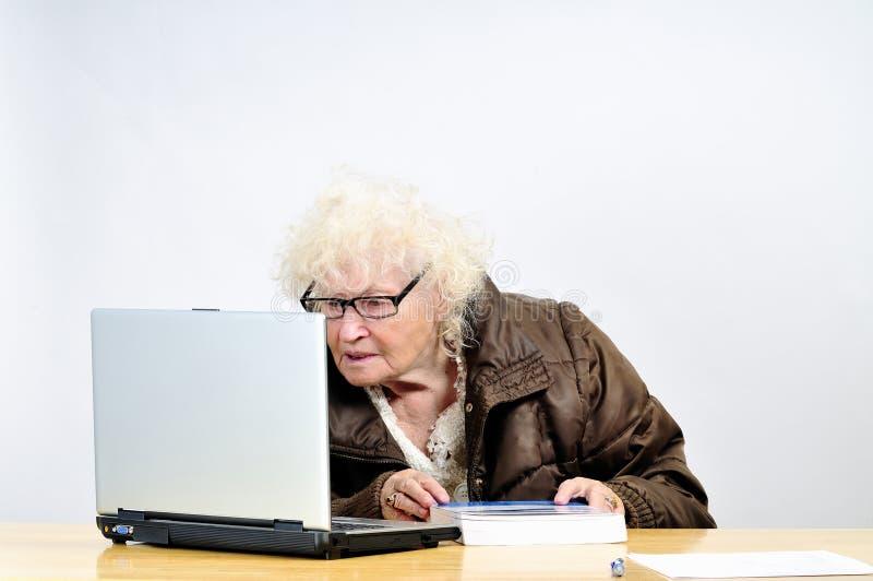 Mulheres sênior com computador foto de stock