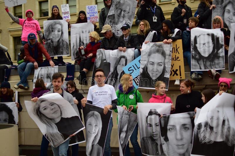 Mulheres ` s março de 2017: Marcha dos protestadores fotos de stock