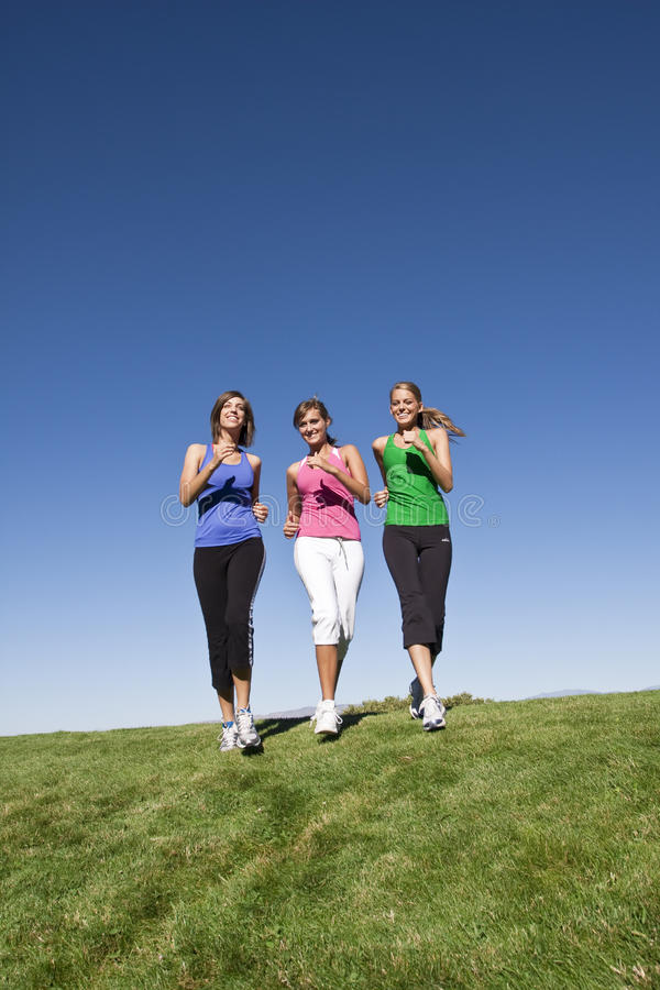 Mulheres saudáveis que movimentam-se junto fotos de stock