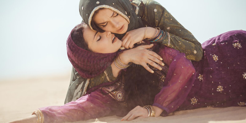 Mulheres sedentos em um deserto Circunstâncias imprevistos durante o curso fotos de stock royalty free