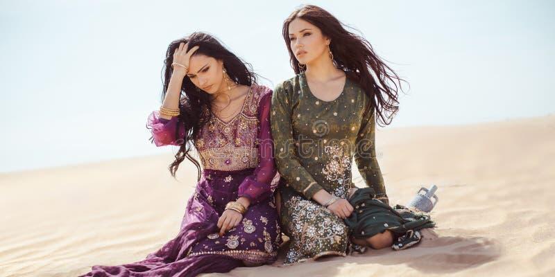 Mulheres sedentos que viajam no deserto Perdido no sandshtorm do durind do deserto foto de stock royalty free