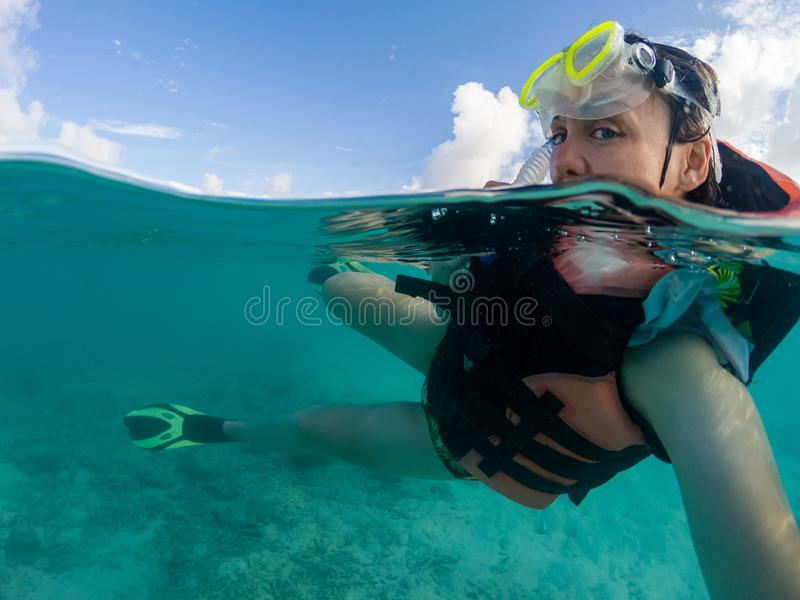 Mulheres snorkeling nas Maldivas tiram uma foto submarina selfie - parcial fotografia de stock