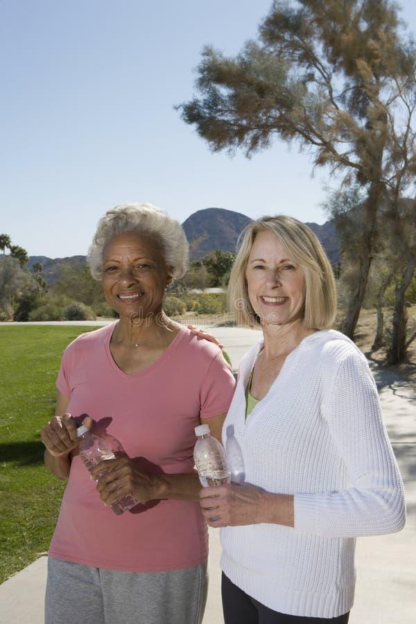 Mulheres superiores com as garrafas da água mineral foto de stock royalty free