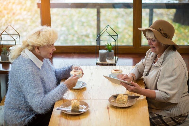 Mulheres superiores com uma tabuleta fotografia de stock