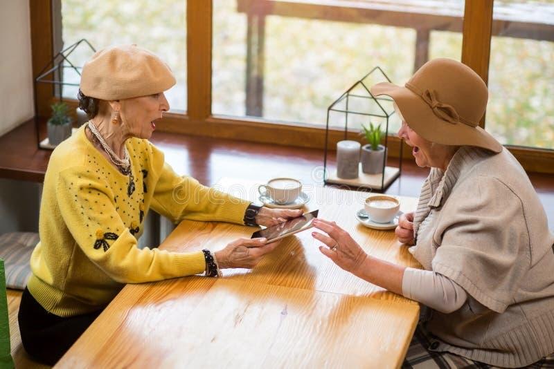 Mulheres superiores e uma tabuleta foto de stock
