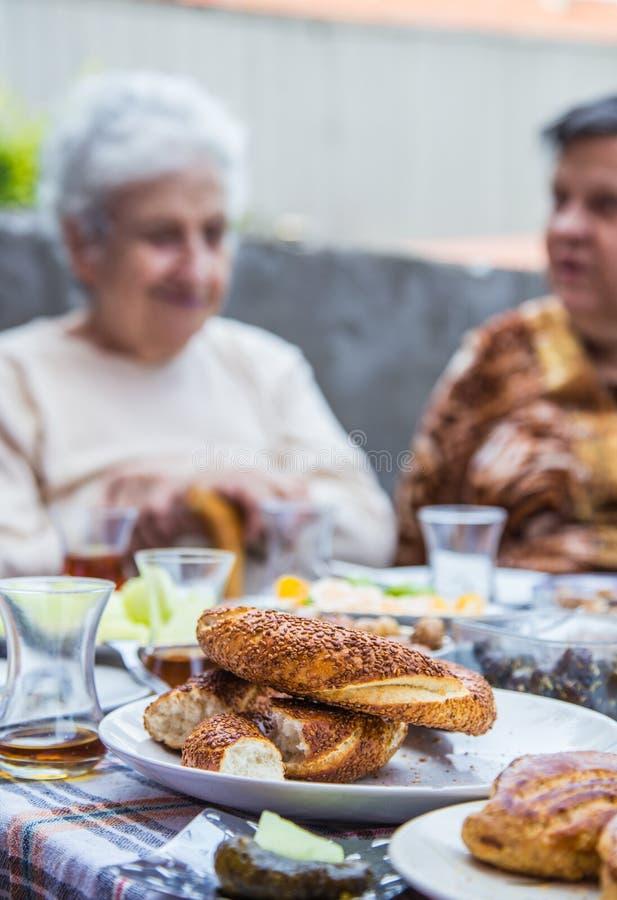 Mulheres superiores que comem o café da manhã foto de stock royalty free