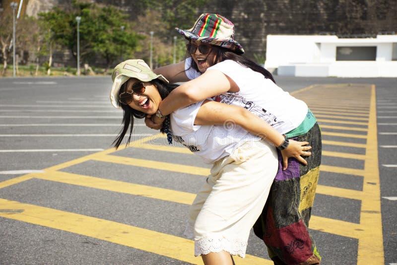 Mulheres tailandesas asiáticas mãe e pose do curso da filha e jogo no estacionamento de Khun Dan Prakan Chon Dam em Nakhon Nayok, foto de stock royalty free