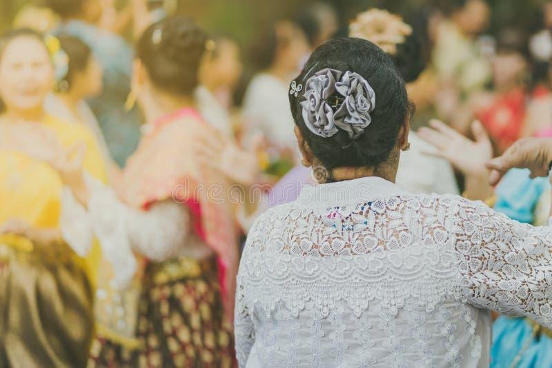 Mulheres tailandesas bonitas no traje tradicional tailandês para executar a dança tailandesa fotos de stock royalty free
