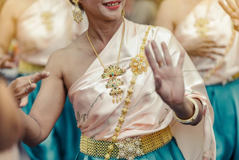 Mulheres tailandesas bonitas no traje tradicional tailandês para executar a dança tailandesa fotos de stock