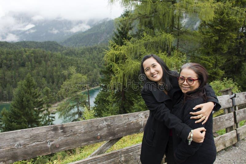 Mulheres tailandesas mãe e curso da filha e levantamento em Blindsee de Tirol, Áustria imagens de stock royalty free