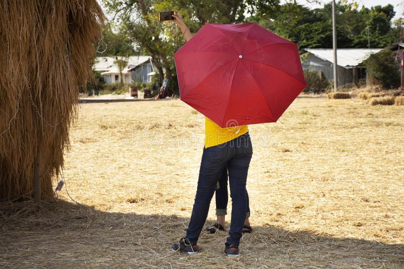 Mulheres tailandesas povos e visita do curso da posição do guarda-chuva da terra arrendada do estrangeiro dos viajantes e para to imagem de stock