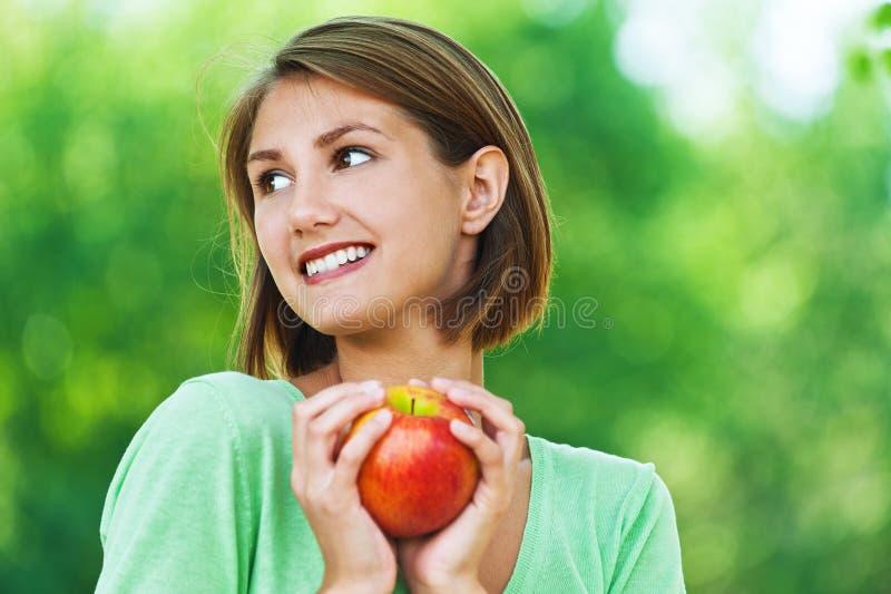 Mulheres - vegetariano com maçã fotografia de stock royalty free