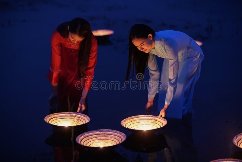 Mulheres vestidas no vietnamita tradicional imagem de stock