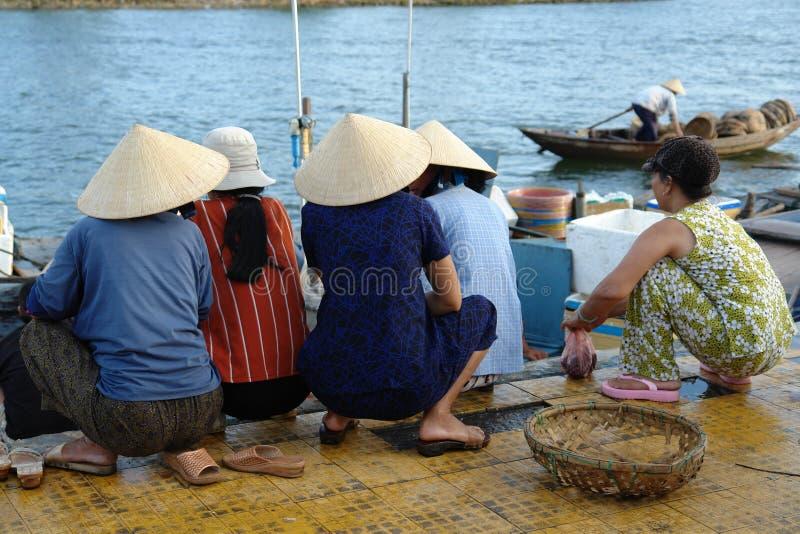 Mulheres vietnamianas no porto fotos de stock royalty free