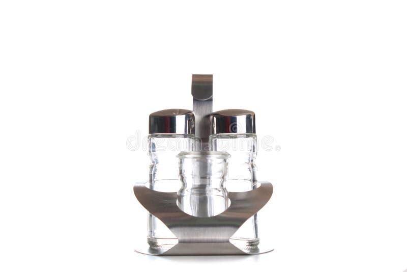 Mulini dell'agitatore di pepe e di sale isolati su bianco fotografia stock
